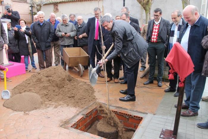 Foto de archivo de Álvaro Gutiérrez plantando el primer olmo en Cardiel de los Montes