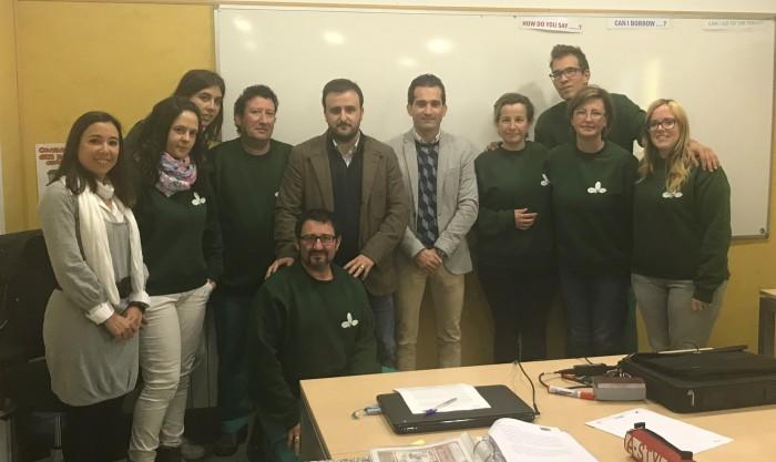 Jaime Corregidor y Ángel Luengo con el equipo del taller de empleo de Noblejas