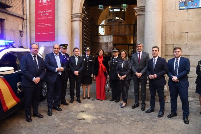Álvaro Gutiérrez con las autoridades asistentes a la inauguración de la exposición