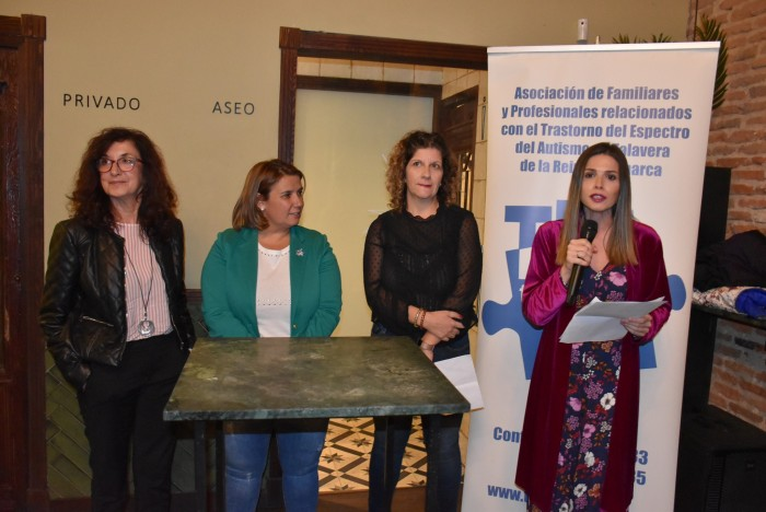 Ana Gómez con la alcaldesa de Talavera y la presidenta de TEA en la presentación del calendario