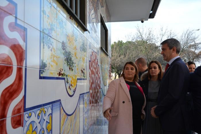 Álvaro Gutiérrez, Tita García Élez y Ana Isabel Samper contemplan el mural cerámico