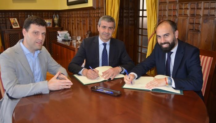 Álvaro Gutiérrez y Jorge Chico en la firma del convenio de colaboración