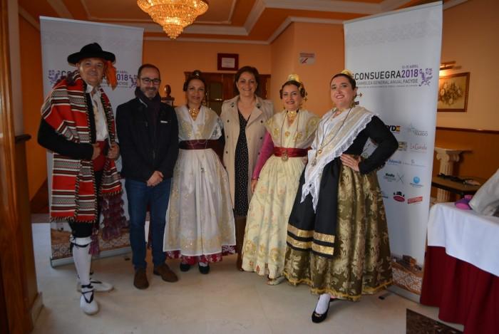 maría Ángeles García con el grupo folclórico Les Folies de Carcaixant