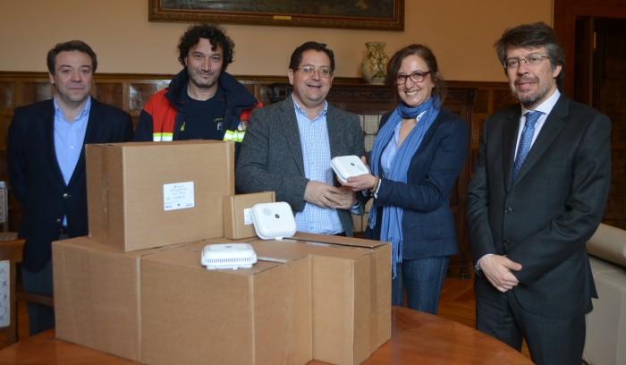 Tomás Villarrubia entrega los detectores a la teniente de alcalde de Torrijos