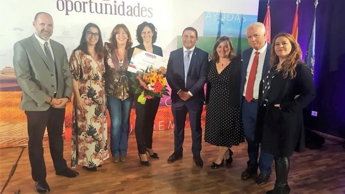 José Carlos Sánchez con la toledana galardonada Estela Cuadrado