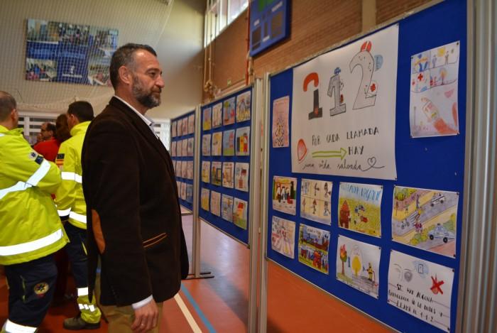 El diputado delante de los dibujos participantes