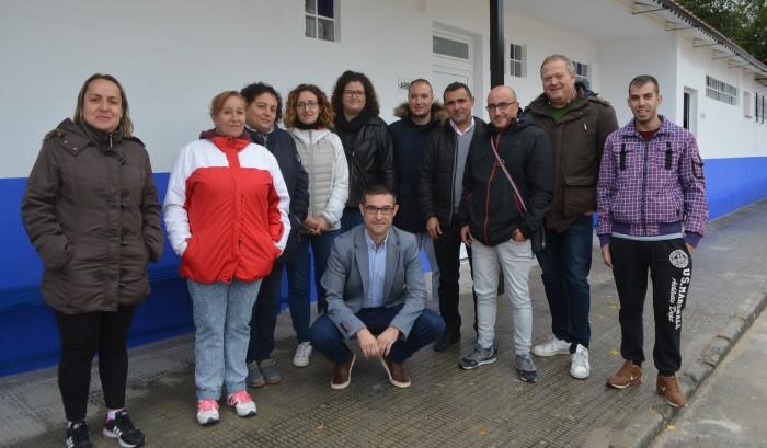 Fernando Muñoz con Jesús Fernández y los participantes en el taller de empleo de Tembleque