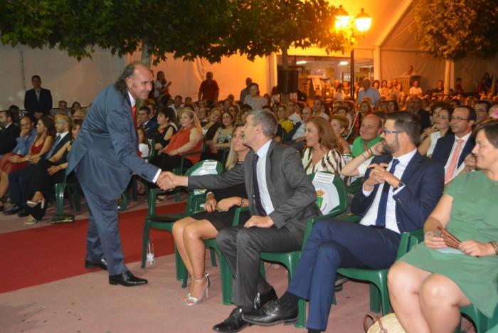 Álvaro Gutiérrez felicita al pregonero de las fiestas de Gerindote tras su intervención