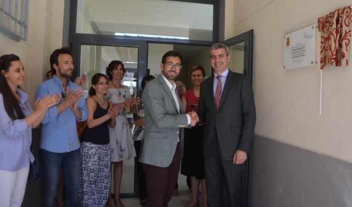 Álvaro Gutiérrez y Luis Martín inaugurando los nuevos vestuarios de la piscina de Cedillo de Condado