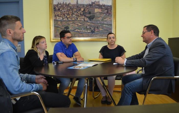 El vicepresidente Tomás Villarrubia con padres de los afectados