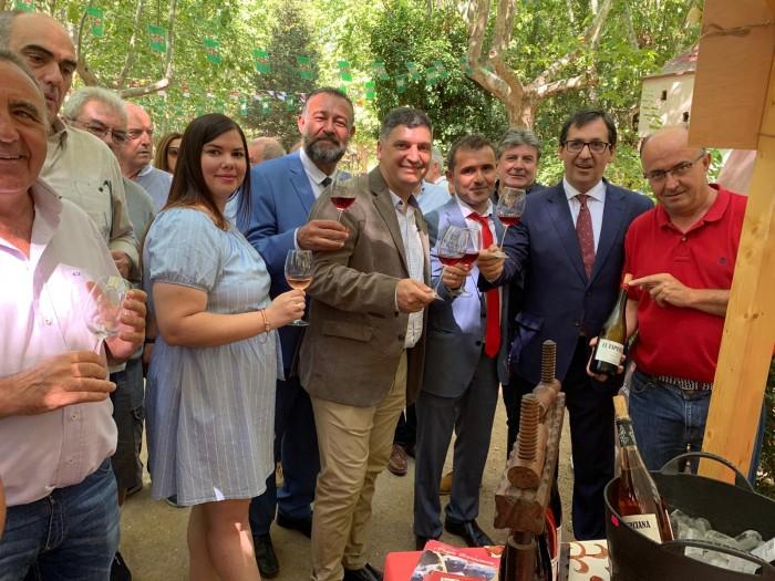 Rafael Martín brindando en la Fiesta del Vino de Méntrida