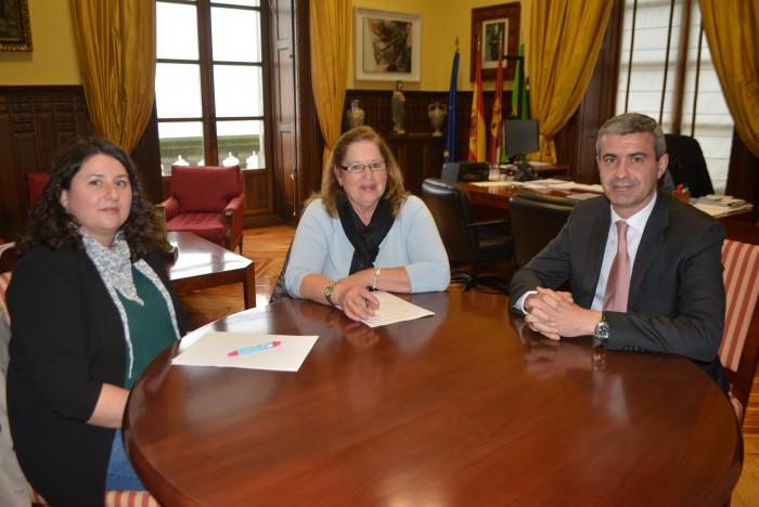 Álvaro Gutiérrez con la alcaldesa de Puerto de San Vicente, Felicidad Oliva