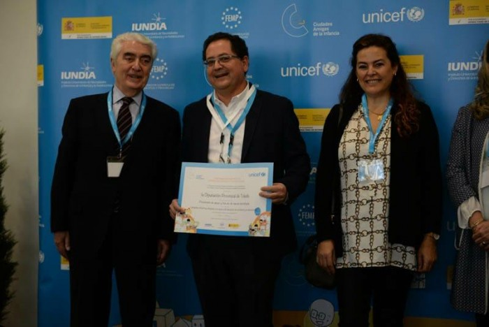 Tomás Villarrubia con el premio entregado por UNICEF junto a Gustavo Suárez y Asunción Díaz