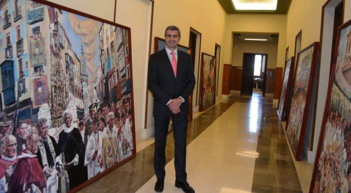 Álvaro Gutiérrez en una imagen de archivo junto a los cuadros de Tomás Peces