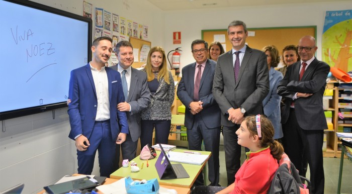 Álvaro Gutiérrez en la visita al colegio público de Noez