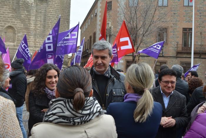 Álvaro Gutiérrez habla con mujeres en la concentración