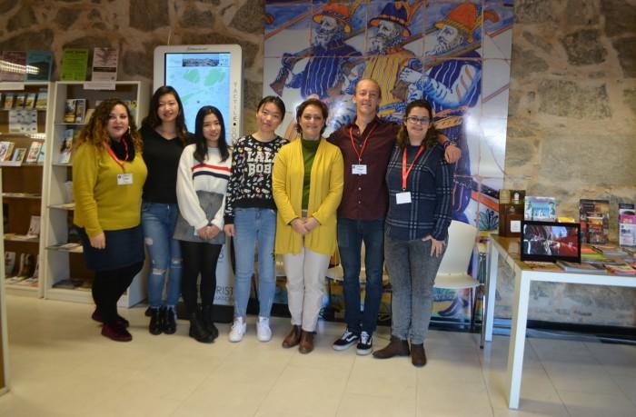 María Ángeles García con los estudiantes extranjeros en prácticas en la oficina de turismo