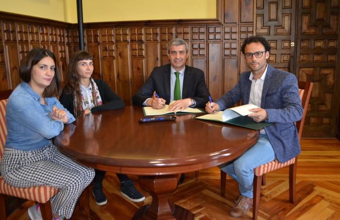 Álvaro Gutiérrez con los responsables de ALGANDA