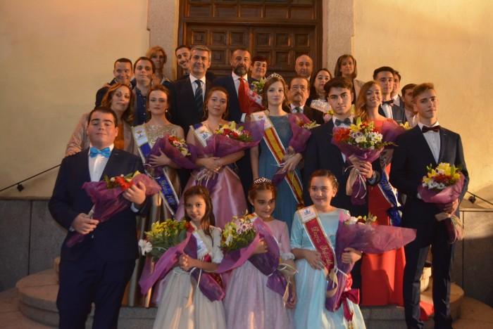 Álvaro Gutiérrez con el alcalde, reinas, pregonero y asistentes a las fiestas de la Virgen del Pilar