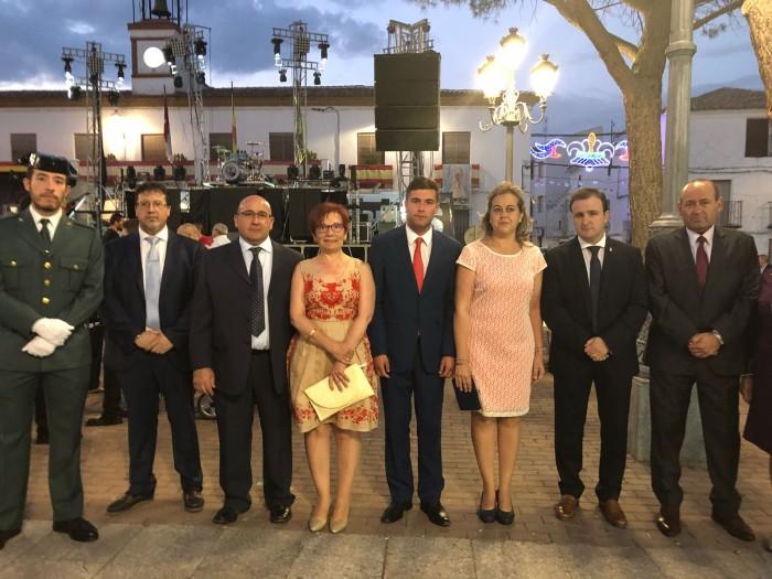 Ángel Luengo junto a la alcaldesa de Villarrubia de Santiago, Concepción Monzón, en las fiestas