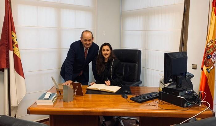 Alicia Martín firmando en el libro de honor del Ayuntamiento