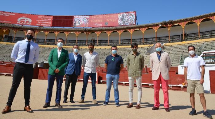 Fernando Muñoz con miembros de la Comunidad de Propietarios de la Plaza de Toros de Toledo
