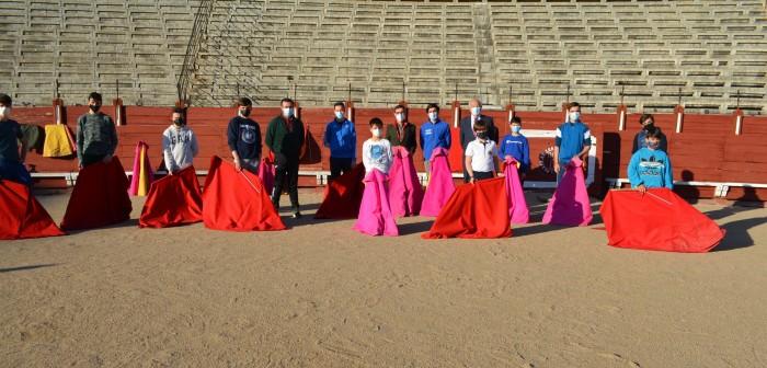 Fernando Muñoz posando con los alumnos de la Escuela Taurina