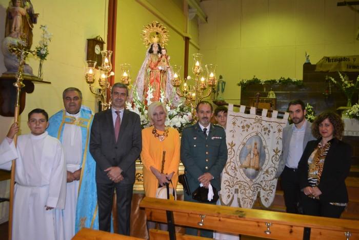 Álvaro Gutiérrez y los asistentes a la procesión ante la Virgen del Rosario, patrona de Ontígola