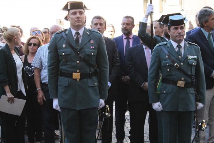 Rafael Martín sigue el desfile de los miembros de la Guardia Civil en la plaza del Ayuntamiento