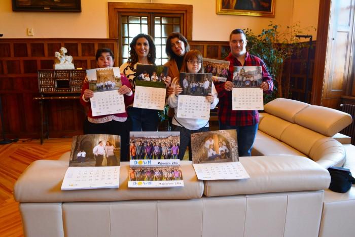 Presidenta de Down Toledo y la diputada Elvira Manzaneque con jóvenes de la Asociación