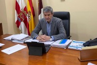 Álvaro Gutiérrez sigue desde su despacho la videoconferencia con el presidente regional
