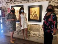 Ana Gómez en la sala expositiva con Teresa barrios y Gema Calderón