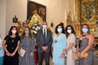 Álvaro Gutiérrez junto a la alcaldesa y concejalas de Val de Santo Domingo junto a la patrona
