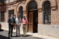 Álvaro Gutiérrez y Santi Vera ante el edificio donde se ubicará el
