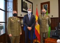 Álvaro Gutiérrez con el delegado entrante y saliente