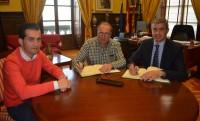 Álvaro Gutiérrez firmando el convenio con el presidente de la Asociación de Ceramistas de Puente