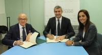 Álvaro Gutiérrez, Julio Díaz y Flora Bellón, en la firma del Convenio